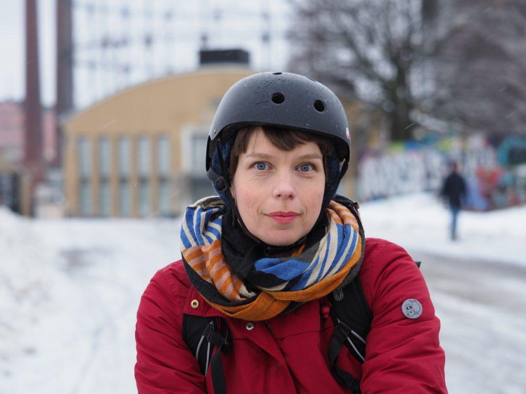 Elina pyöräilykypärä päässä talvella Helsingin Suvilahdessa.